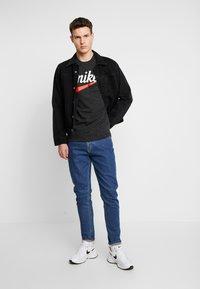 Nike Sportswear - HERITAGE TEE - T-shirt med print - black - 1