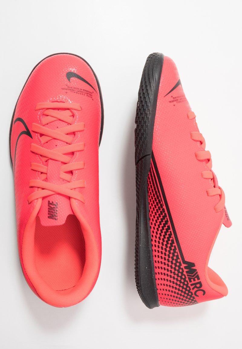 Nike Performance - MERCURIAL JR VAPOR 13 CLUB IC UNISEX - Indoor football boots - laser crimson/black