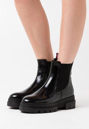 CLASSIC CHELSEA BOOT - Kotníkové boty na platformě - black