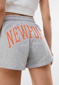 Bershka - MIT PRINT  - Shorts - light grey - 3