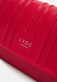 LYDC London - Skulderveske - red - 3