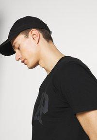 GAP - BASIC LOGO - Print T-shirt - true black - 3