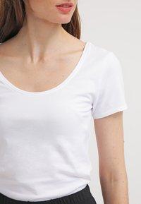 Zalando Essentials - 2 PACK - T-shirt basic - white - 4