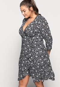ONLY Carmakoma - CARLOLLIB KNEE WRAP DRESS - Robe d'été - black/cloud dancer - 3