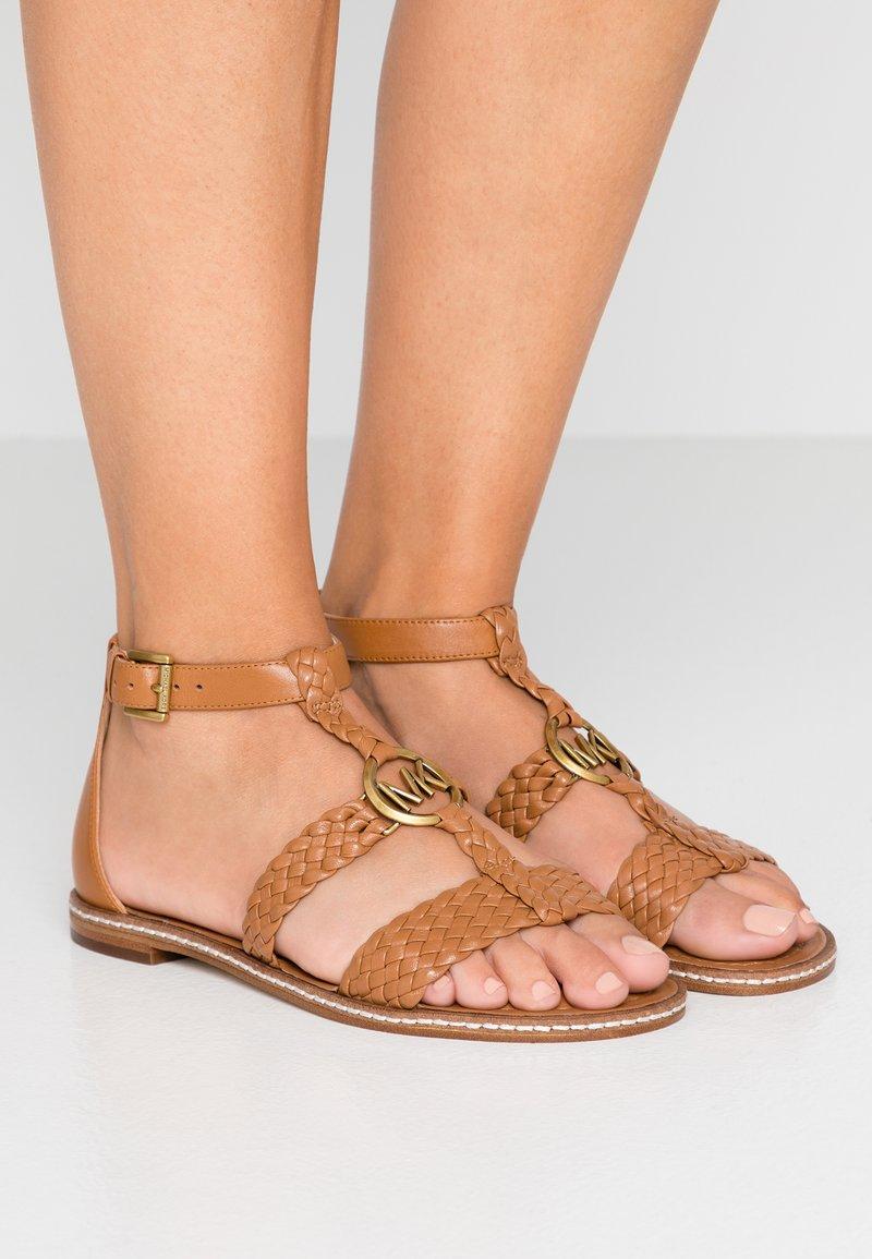 MICHAEL Michael Kors - PIPER FLAT - Sandals - acorn