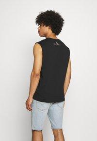 Calvin Klein Jeans - PRIDE GRAPHIC MUSCLE VEST UNISEX - Top - black - 2