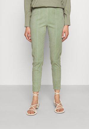 THE HAMPTONS - Spodnie skórzane - frosty green