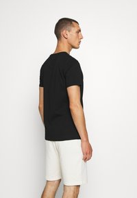 CLOSURE London - SCRIPT TEE - Triko s potiskem - black - 2