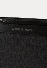 Michael Kors - GREYSON SMALL HIP BAG UNISEX - Bum bag - black - 4