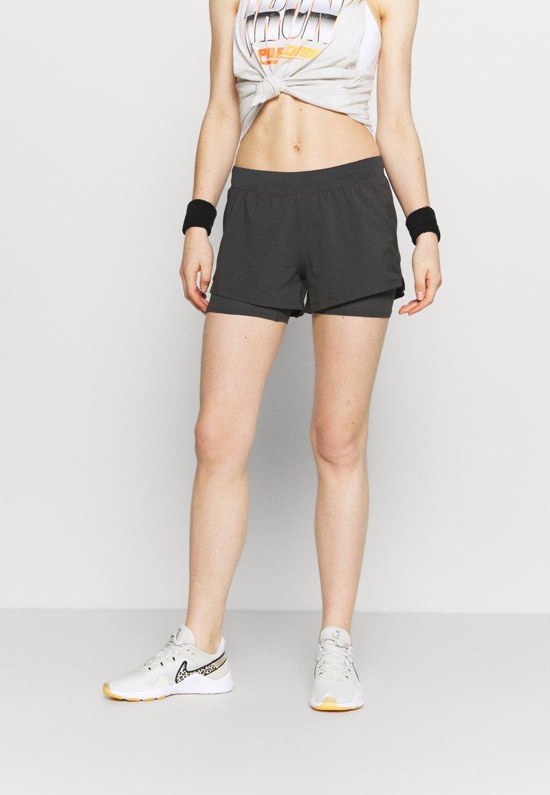 Under Armour - CHILL RUN 2N1 SHORT - Pantalón corto de deporte - jet gray