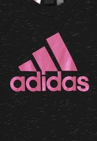 adidas Performance - TEE - T-shirt z nadrukiem - black melange/team real magenta - 2