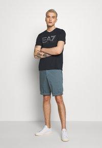 EA7 Emporio Armani - T-shirt imprimé - blu notte - 1