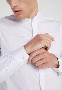 Emporio Armani - CAMICIA SLIM FIT - Skjorte - bianco ottico - 4