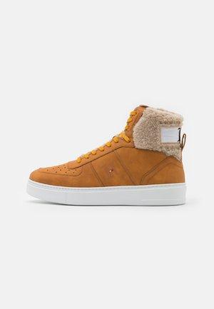 TOP  - Sneakers high - summer cognac