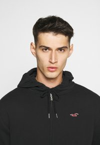 Hollister Co. - GENDERLESS ICON - Hoodie met rits - black - 4