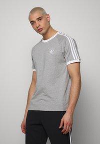 adidas Originals - 3 STRIPES TEE UNISEX - Print T-shirt - grey - 0