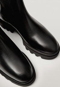 Massimo Dutti - PROFILSOHLE - Boots à talons - black - 5