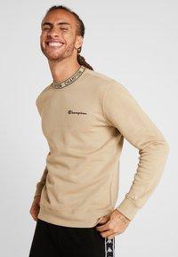 Champion - CREWNECK - Sweatshirt - tan - 0