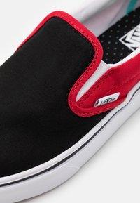 Vans - COMFYCUSH - Nazouvací boty - black/red - 5