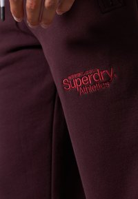 Superdry - CORE LOGO ATHLETICS - Pantalon de survêtement - rich deep burgundy - 2
