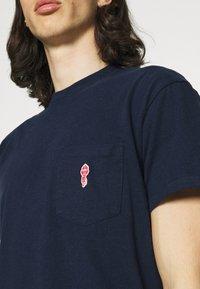 REVOLUTION - LOOSE FIT POCKET - T-shirt basic - navy - 3