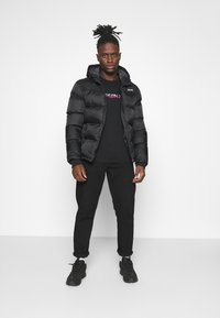 Calvin Klein Jeans - MIXED TECHNIQUE INSTIT LOGO TEE UNISEX - T-shirt con stampa - black - 1