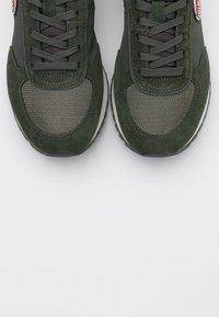 Colmar Originals - TRAVIS - Trainers - military green/dark grey - 5