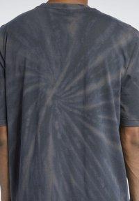 Reebok Classic - CLASSICS TIE-DYE T-SHIRT - T-shirt imprimé - black - 3