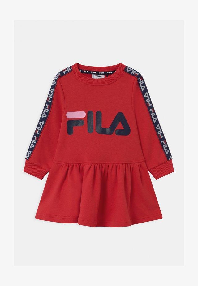 PAULA TAPED  - Denní šaty - true red