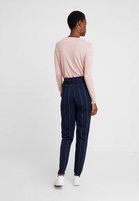 ONLY Tall - ONLNICOLE PAPERBACK ANKLE TEMPO - Spodnie materiałowe - night sky/cloud dancer - 2