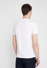 Calvin Klein Jeans - CENTERED MONOGRAM SLIM TEE - T-shirt med print - bright white - 2