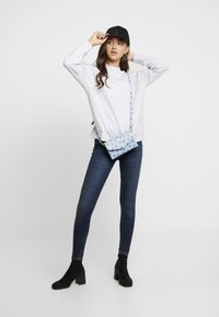 Vero Moda - VMSEVEN SLIM TAPERED - Skinny džíny - dark blue denim - 1