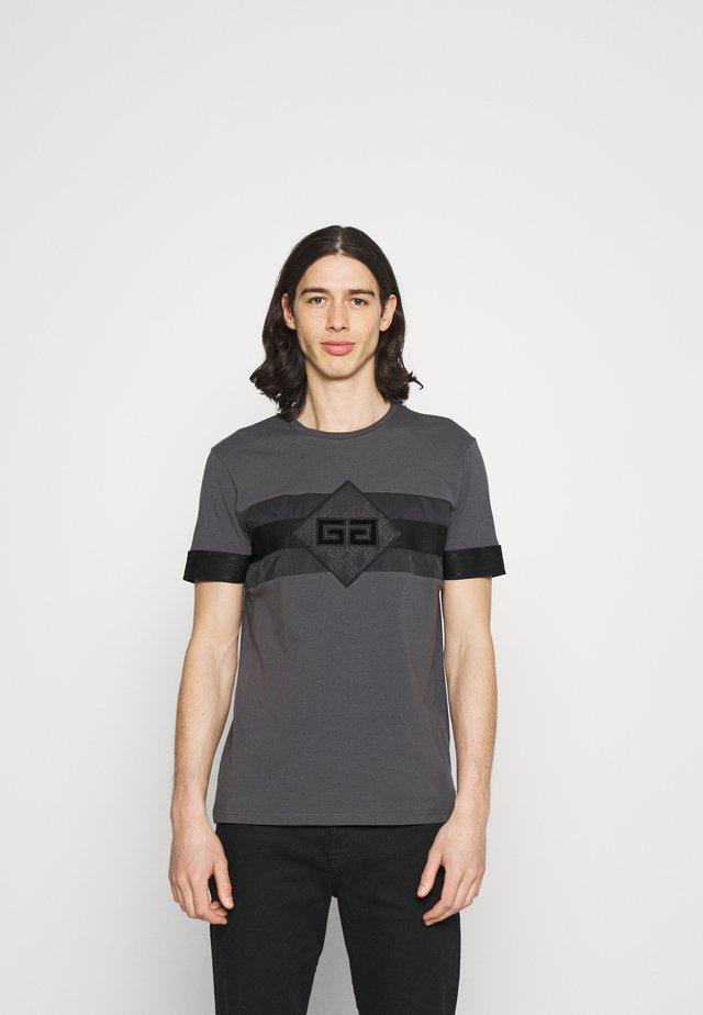 GALOS TEE - Printtipaita - asphalt/black