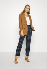 Vero Moda - VMEVA LOOSE PAPERBAG STRIPE PANT - Trousers - navy blazer/birch - 1