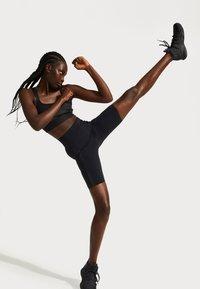 Sweaty Betty - SWEATY BETTY X HALLE BERRY STORM POWER SHINE HIGH WAIST BIKER SHORT - Tights - black - 1