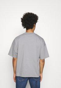 NU-IN - NU-IN X AZIZ LERN BOXY OVERSIZED  - T-shirt basic - grey - 2