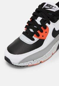 Nike Sportswear - AIR MAX 90 LTR GS UNISEX - Sneakersy niskie - white/black/turf orange/aquamarine - 4