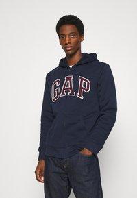 GAP - V LOGO SHERPA - Zip-up hoodie - tapestry navy - 0