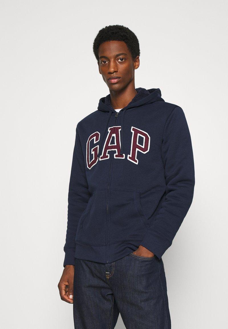 GAP - V LOGO SHERPA - Zip-up hoodie - tapestry navy