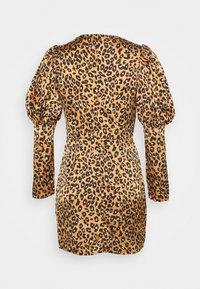 Little Mistress Petite - SLEEVE MINI DRESS IN LEOPARD - Sukienka letnia - brown - 1