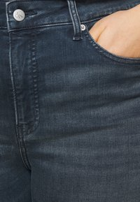 Calvin Klein Jeans Plus - HIGH RISE SKINNY ANKLE - Jeans Tapered Fit - blue denim - 4