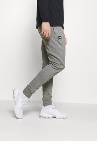 Under Armour - RIVAL - Tracksuit bottoms - pitch gray light heather - 3