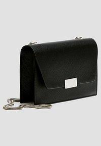 PULL&BEAR - SCHWARZE UMHÄNGETASCHE 14015540 - Across body bag - black - 3