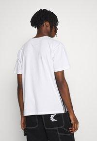 Cayler & Sons - YIN YANG SEMI BOX TEE - Print T-shirt - white/black - 2