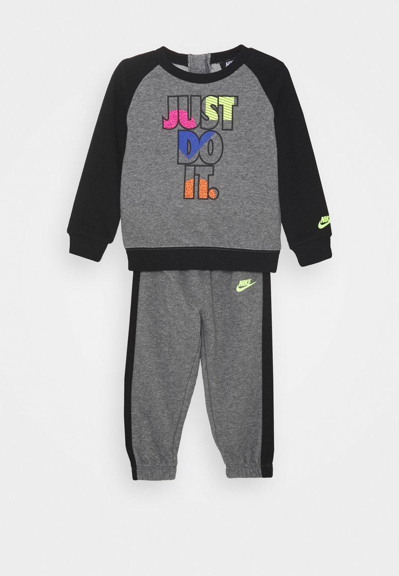 Nike Sportswear - CREW SET - Tracksuit - carbon heather