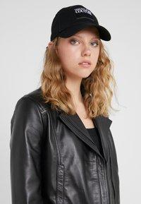 Versace Jeans Couture - VISOR LABEL - Cap - black - 4