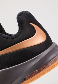 Nike Performance - AIR MAX INFURIATE III LOW - Basketball shoes - black/metallic copper/thunder grey/medium brown - 5
