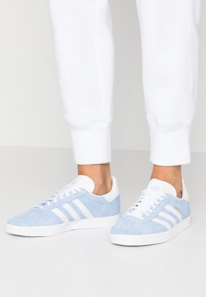 GAZELLE - Trainers - globe blue/footwear white/gold metalic