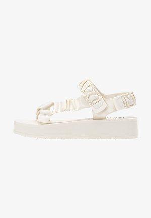 MIT STOFFRIEMCHEN  - Sandały na koturnie - off-white