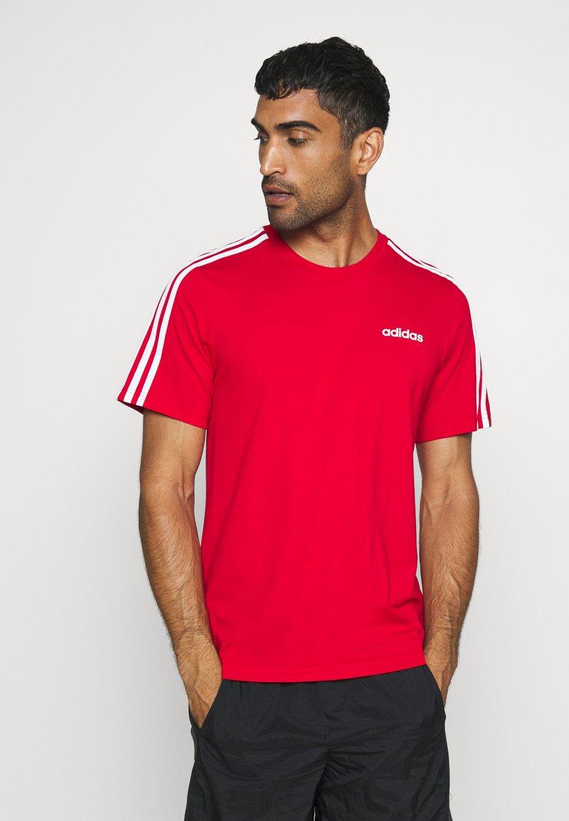 adidas Performance - ESSENTIALS SPORTS SHORT SLEEVE TEE - Printtipaita - scarlet/white
